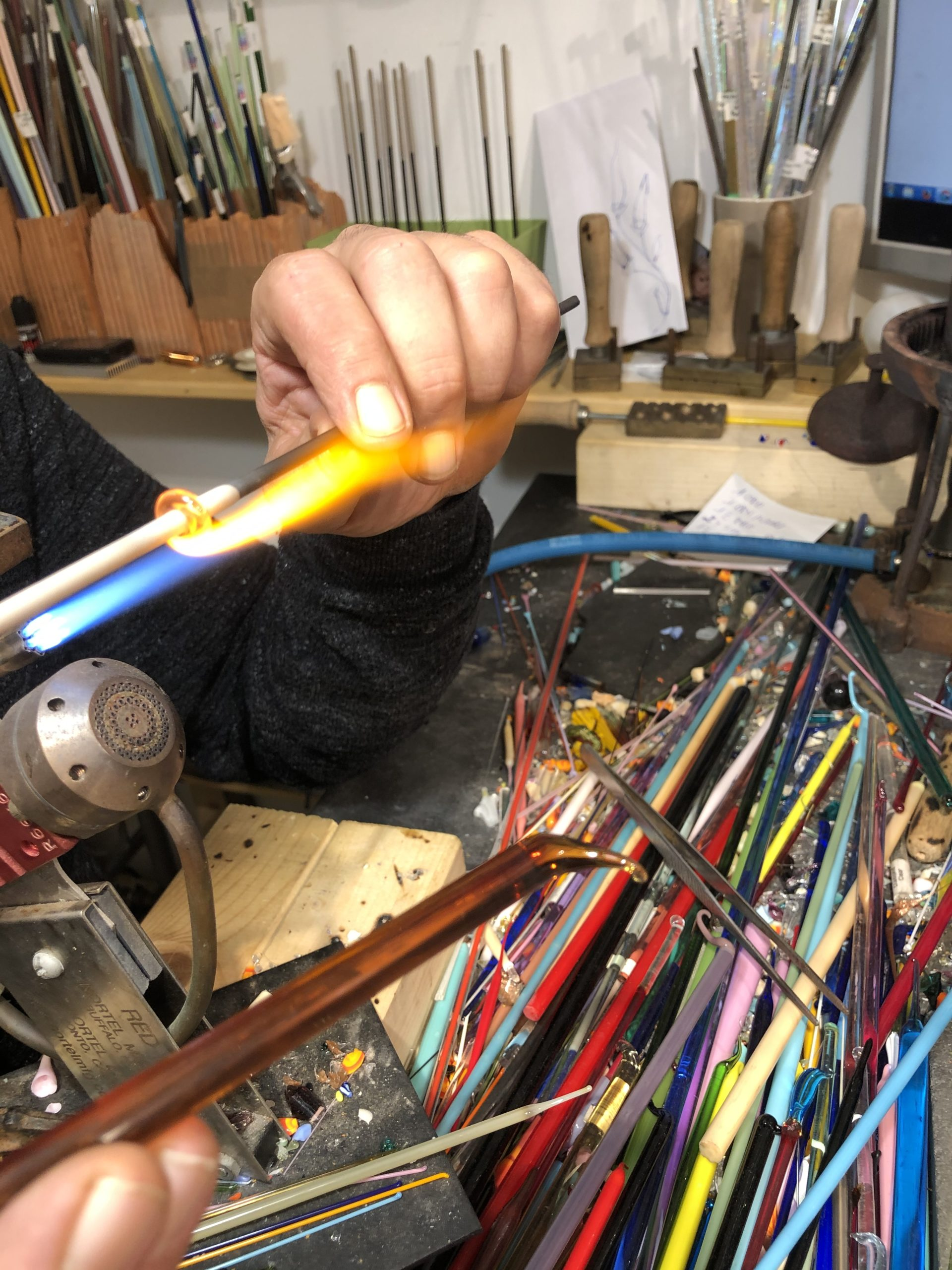 Incontriamo artigiani. Aldo crea col vetro.